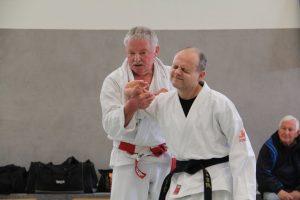 Referent Manfred Feuchthofen demonstriert Fingerhebel mit Angelos Moshidis