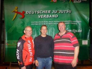 dtb-trainer-frank-hoerschgen-rechts-mit-njjv-praesident-hans-radke-links-und-landespruefungsbeauftragter-uwe-nettlau-mitte-in-hachen